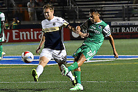 HEMPSTEAD - USA. 13-07-2016: Juan Arango (Der) jugador del New York Cosmos disputa el balón con Zach Steinberger (Izq) jugador de Jacksonville Armada FC durante partido por la temporada de otoño 2016 de la North American Soccer League (NASL) jugado en el estadio James M. Shuart Stadium de la ciudad de Hempstead, NY./ Juan Arango (R) player of New York Cosmos vies for the ball with Zach Steinberger (L) player of Jacksonville Armada FC during match for the fall season 2016 of the  North American Soccer League (NASL) played at James M. Shuart Stadium in Hempstead, NY. Photo: VizzorImage/ Gabriel Aponte / Staff