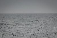 Mulet med grått hav och vågor med horisont  nära Nynäshamn i Stockholms skärgård.