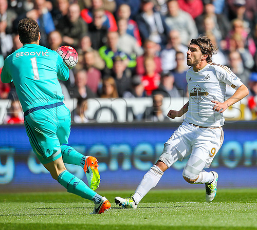 09.04.2016. Liberty Stadium, Swansea, Wales. Barclays Premier League. Swansea versus Chelsea. Swansea City's Alberto Paloschi as Chelsea's Asmir Begović collects the through ball during the match