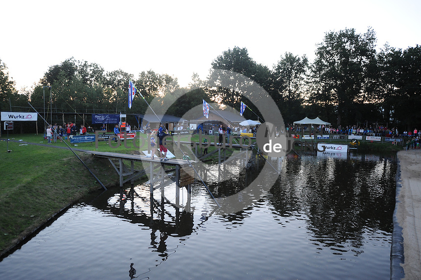 FIERLJEPPEN: BURGUM: 18-07-2015, Keningsljeppen, Oane Galama (koning), Marrit van der Wal (koningin) en Folkert Veldstra (prins), ©foto Martin de Jong