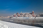 Zamek Królewski na Wawelu w Krakowie zimą, widok od strony Wisły, Polska <br /> Wawel Royal Castle in winter, view from the Vistula river, Cracow, Poland
