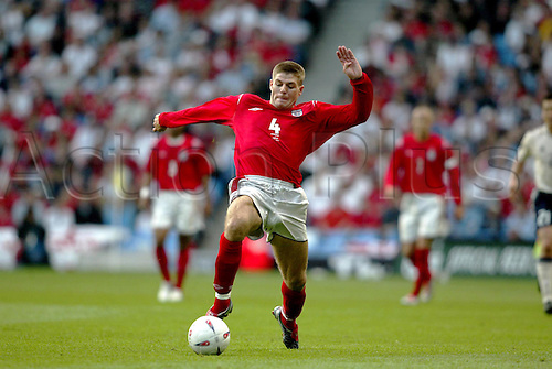 1 June 2004: England midfielder STEVEN GERRARD with the ball during the international friendly match against Japan played at The City of Manchester Stadium. England drew with Japan 1-1 Photo: Neil Tingle/Action Plus...Soccer Football player 040601