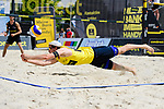 26.07.2020, Düsseldorf / Duesseldorf, Merkur Spiel-Arena<br /> Beachvolleyball, comdirect Beach Tour, Top Teams, Halbfinale, Julius Thole / Clemens Wickler vs. Nils Ehlers / Lars Flüggen / Flueggen <br /> <br /> Abwehr Lars Flüggen / Flueggen<br /> <br />   Foto © nordphoto / Kurth