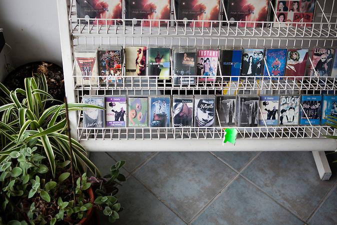 Musikkassetten (MCs!!) stehen in einem Verkaufsregal in einem CD-Shop in Neum. Der kleine Ort Neum liegt in Bosnien-Herzegovina und bildet den einzigen Zugang zum Meer des Balkanlandes. Auf einer Länge von 9 km durchschneidet der Ort das kroatische Staatsgebiet (Neum-Korridor) Seit dem EU-Beitritt Kroatiens ist Neum auf beiden Seiten von EU-Außengrenzen eingeschlossen. / Music-Cassettes are sold in a CD-Shop in Neum. The small city of Neum in Bosnia and Herzegovina is the only place in Bosnia, where the country has access to the adriatic sea. Over a length of 9 kilometers the area cuts Croatian territory in two pieces. Since Croatia became part of the European Union, the city of Neum is enclosed between two EU-boarders.