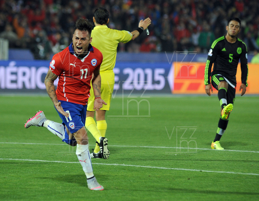 SANTIAGO- CHILE - 15-06-2015: Eduardo Vargas jugador de Chile, celebra el segundo gol de su equipo anotado a Mexico durante partido entre  Chile y México, por la fase de grupos, Grupo A, de la Copa America Chile 2015, jugado en el estadio Nacional Julio Martinez la Ciudad de Santiago. / Eduardo Vargas Player of Chile celebrates the second goal of his team scored to  Mexico player during the match between Chile and Mexico, for the group stage Group A of the Copa America 2015 Chile, played at the National Stadium Julio Martinez in Santiago City. Photos: VizzorImage / Alfredo Gutierrez / Cont.