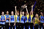 28.10.2018, TUI Arena, Hannover<br />Volleyball, Supercup, Siegerehrung<br /><br />Sieger Supercup 2018: SSC Palmberg Schwerin<br />Mckenzie Adams (#13 Schwerin), Lauren Barfield (#12 Schwerin), Beta Dumancic (#11 Schwerin), Kimberly Drewniok (#8 Schwerin), Sebastian KŸhner / Kuehner (#10 Berlin), Britt Bongaerts (#7 Schwerin), Tessa Polder (#5 Schwerin), Anna Pogany (#4 Schwerin)<br /><br />  Foto © nordphoto / Kurth