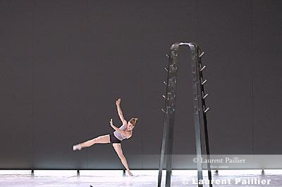 LIGETI ESSAIS<br /> Chor&eacute;graphie : Karole Armitage<br /> Musique : Gy&ouml;rgy Ligeti<br /> D&eacute;cors : David Salle<br /> Costumes : Peter Speliopoulos<br /> Lieu : Th&eacute;&acirc;tre du Ch&acirc;telet<br /> Ville : Paris<br /> Date 12/06/2005<br /> <br /> &copy; Laurent Paillier / photosdedanse.com