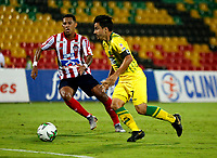 BUCARAMANGA - COLOMBIA, 01-09-2019: Sherman Cárdenas de Atletico Bucaramanga y James Sánchez de Atlético Junior disputan el balón, durante partido entre Atlético Bucaramanga y Atlético Junior, de la fecha 9 por la Liga Águila II 2019, jugado en el estadio Alfonso López de la ciudad de Bucaramanga. / Sherman Cardenas of Atletico Bucaramanga and James Sanchez of Atletico Junior vies for the ball, during a match between Atletico Bucaramanga and Atletico Junior, of the 9th date for the Aguila Leguaje II 2019 at the Alfonso Lopez Stadium in Bucaramanga city Photo: VizzorImage / Oscar Martínez / Cont.