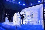 Nederland, 17-01-2008, Op het domplein in Utrecht legt een Ijsbeeldhouwer de laatste hand aan de Heilige Kruis Kapel uit 695 na Chr. Voor de reconstructie in een schaal van 1:2 is 35.000 kilo ijs gebruikt. Het gebedsgebouw wordt in ijs herbouwd om het begin van het jaar van het Religieuze Erfgoed te markeren... foto's: Michael Kooren/ Utrecht.
