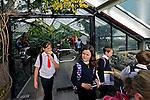 Crianças escolares no Jardim Botânico Kew Gardens. Londres. Inglaterra. 2008. Foto de Juca Martins.