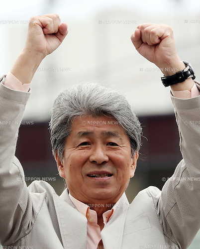 July 22, 2016, Tokyo, Japan - Shuntaro Torigoe, a candidate for the Tokyo gubernatorial election raises his fists in the air as he delivers a campaign speech in Tokyo on Friday, July 22, 2016. Tokyo gubernatorial election will be held on July 31.     (Photo by Yoshio Tsunoda/AFLO) LWX -ytd-