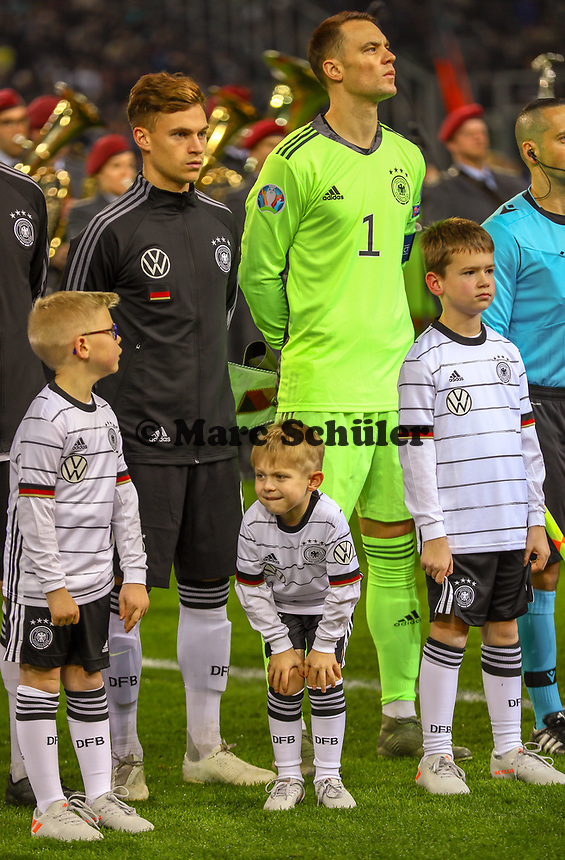 Einlaufkind ist kalt - 16.11.2019: Deutschland vs. Weißrussland, Borussia Park Mönchengladbach, EM-Qualifikation DISCLAIMER: DFB regulations prohibit any use of photographs as image sequences and/or quasi-video.