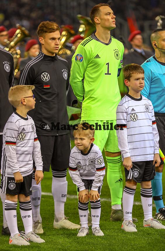 Einlaufkind ist kalt - 16.11.2019: Deutschland vs. Weißrussland, Borussia Park Mönchengladbach, EM-Qualifikation DISCLAIMER: DFB regulations prohibit any use of photographs as image sequences and/or quasi-video.