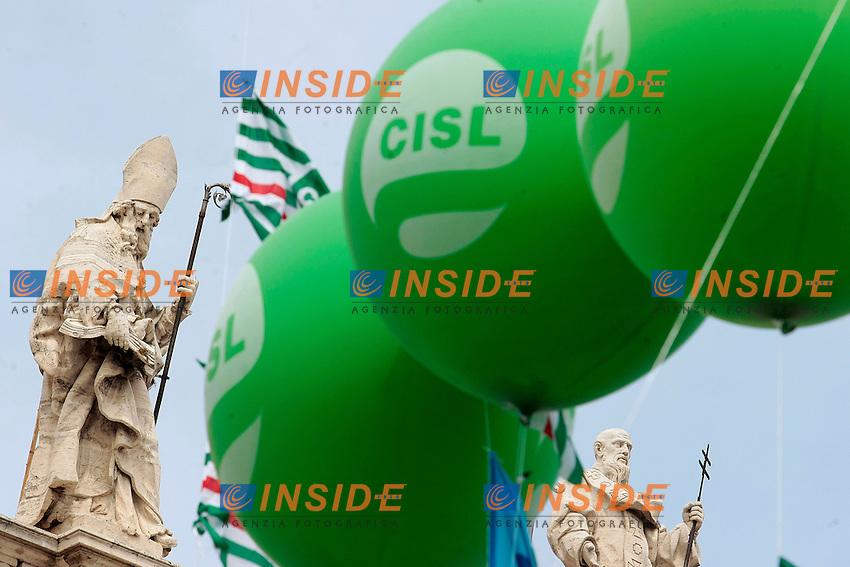 Statue della basilica di San Giovanni con i palloncini dei sindacati<br /> Roma 22/06/2013 Corteo Manifestazione dei sindacati riuniti CGIL, CISL E UIL.<br /> Photo Samantha Zucchi Insidefoto