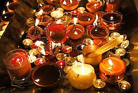 Nederland  Amsterdam 2016. Divali viering in de Shri Guru Nanak Gurdwara Sahib . Iedereen steekt een kaarsje aan.   Foto Berlinda van Dam / Hollandse Hoogte