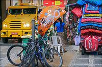 Comercio informal e transporte de valores, rua Dom Jose de Barros, Sao Paulo. 2018. © Juca Martins.