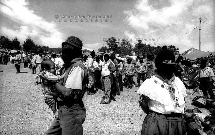 """Messico, Chiapas, Oventic 2003.i festeggiamenti per la nascita dei """"Caracoles"""".Mexico, Chiapas, Oventic 2003.the celebration of the birth of the """"Caracoles"""""""