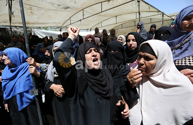 Relatives of Palestinian Mohammed Abu Daqqa, 24, who died of wounds he sustained during clashes with Israeli troops, mourn during his funeral in Khan Younis in the southern Gaza Strip on June 21, 2018. Photo by Ashraf Amra