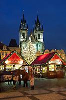 Tschechien, Boehmen, Prag: Weihnachtsmarkt vor der Teynkirche auf dem Altstaedter Ring, dem zentralen Marktplatz in der Altstadt   Czech Republic, Bohemia, Prague: Christmas Market in the Old Town Square with Church of Our Lady before Tyn