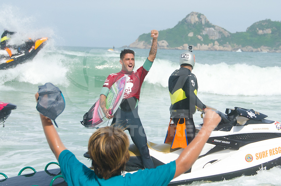 RIO DE JANEIRO, RJ, 17.05.2015 - SURF-RJ - O brasileiro Filipe Toledo é campeão do Oi Rio Pro, etapa brasileira do circuito mundial da Wolrd Surf League (WSL), que acontece na praia da Barra da Tijuca, na zona oeste, neste domingo (17). (Foto: João Mattos / Brazil Photo Press)