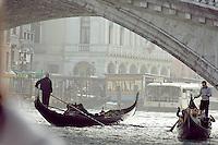 Sous le pont du Rialto. (Venise, Octobre 2006)