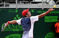 BOGOTA - COLOMBIA -05 -11-2013: Facundo Bagnis, tenista de Argentina se prepara para servir durante partido de la primera ronda del Seguros Bolivar Open en el Club Campestre el Rancho de la ciudad de Bogota. / Facundo Bagnis, Argentina tennis player prepares to serve during a match for the first round of the Seguros Bolivar Open in the Club Campestre El Rancho in Bogota city.Photo: VizzorImage  / Luis Ramirez / Staff.