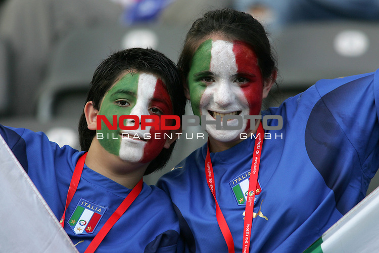 FIFA WM 2006 - Final / Finale<br /> Play #64 (09-Jul) - Italy vs France.<br /> Supporters from Italy celebrate prior to the match of the World Cup in Berlin.<br /> Foto &copy; nordphoto