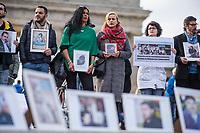 """Mahnwache von syrischen Gefluechteten fuer in ihrem Heimhatland verhaftete und verschwundene Menschen am Samstag den 3. November 2018 vor dem Brandenburger Tor in Berlin.<br /> In den vergangenen sieben Jahren sind tausende Menschen Syrien verschwunden. Sie sind auf Grund ihres Glaubens oder wegen ihrer Ueberzeugungen Opfer politischer Verfolgung und willkuerlicher Gewalt geworden. Mit aufgerufen zu der Mahnwache hatte die Organisation """"Adopt a revolution"""".<br /> 3.11.2018, Berlin<br /> Copyright: Christian-Ditsch.de<br /> [Inhaltsveraendernde Manipulation des Fotos nur nach ausdruecklicher Genehmigung des Fotografen. Vereinbarungen ueber Abtretung von Persoenlichkeitsrechten/Model Release der abgebildeten Person/Personen liegen nicht vor. NO MODEL RELEASE! Nur fuer Redaktionelle Zwecke. Don't publish without copyright Christian-Ditsch.de, Veroeffentlichung nur mit Fotografennennung, sowie gegen Honorar, MwSt. und Beleg. Konto: I N G - D i B a, IBAN DE58500105175400192269, BIC INGDDEFFXXX, Kontakt: post@christian-ditsch.de<br /> Bei der Bearbeitung der Dateiinformationen darf die Urheberkennzeichnung in den EXIF- und  IPTC-Daten nicht entfernt werden, diese sind in digitalen Medien nach §95c UrhG rechtlich geschuetzt. Der Urhebervermerk wird gemaess §13 UrhG verlangt.]"""