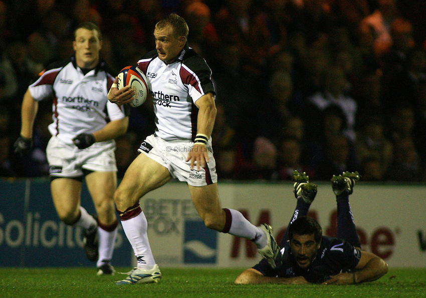 Photo: Paul Thomas..Sale Sharks v Newcastle Falcons. EDF Anglo-Welsh Cup. 29/09/2006...Jamie Noon of Newcastle looks to attack.