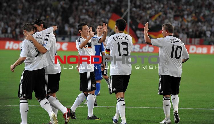 Fussball, L&auml;nderspiel, WM 2010 Qualifikation Gruppe 4 in D&uuml;sseldorf<br />  Deutschland (GER) vs. Aserbaidschan ( AZE )<br /> <br /> <br /> Jubel  Mesut &Ouml;zil ( GER Bremen  # 06 ) Michael Ballack ( GER _ Chelsea #13 )  Lukas Podolski ( GER / Koeln #10 ) <br /> <br /> Foto &copy; nph (  nordphoto  )<br />  *** Local Caption *** <br /> <br /> Fotos sind ohne vorherigen schriftliche Zustimmung ausschliesslich f&uuml;r redaktionelle Publikationszwecke zu verwenden.<br /> Auf Anfrage in hoeherer Qualitaet/Aufloesung