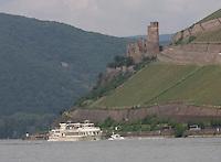 General view of the K-D Line ship Asbach on the River Rhein and Burg Ehrenfels, R&uuml;desheim am Rhein in the background, Hesse, Germany.<br /> <br /> Gesamtansicht der KD Linienschiff Asbach auf dem Fluss Rhein und Burg Ehrenfels, R&uuml;desheim am Rhein im hintergrund, Hesse, Deutschland.