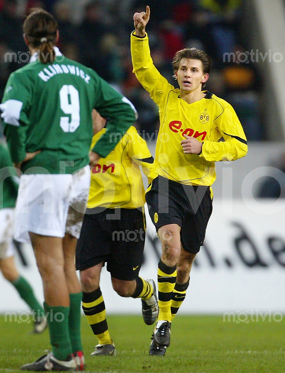 Fussball Bundesliga 2004/2005 VFL Wolfsburg - Borussia Dortmund (1:2) Ebi Smolarek (BVB, r) jubelt nach seinem Treffer zum 0:1 vor dem enttaeuschten Diego Klimowicz (VFL).