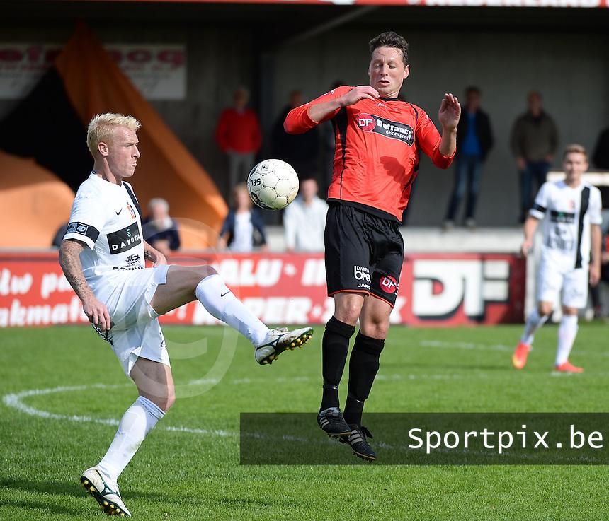 Winkel Sport - SK Deinze  : Roel Van Hemert (links) aan de bal voor de springende Vincent Bostoen (r)<br /> foto VDB / BART VANDENBROUCKE