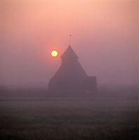 United Kingdom, England, Kent, Romney Marsh, Fairfield: Fairfield Church in sunrise mist | Grossbritannien, England, Kent, Romney Marsh, Fairfield: Fairfield Church bei Sonnenaufgang und Morgennebel