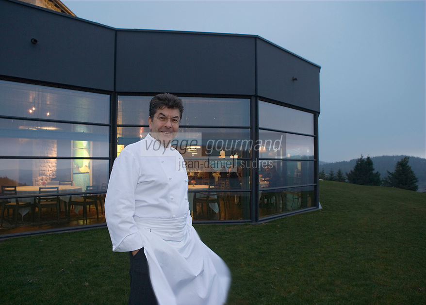 Europe/France/Auvergne/43/Haute-Loire/Saint-Bonnet-le-Froid : Restaurant des Cimes de Régis et Jacques Marcon - Regis Marcon devant son restaurant- Tros étoiles au Michelin //  France, Haute Loire, Saint Bonnet le Froid, Regis and Jacques Marcon's restaurant, Restaurant des Cimes, Regis Marcon in front of his three Michelin star restaurant [Non destiné à un usage publicitaire - Not intended for an advertising use]