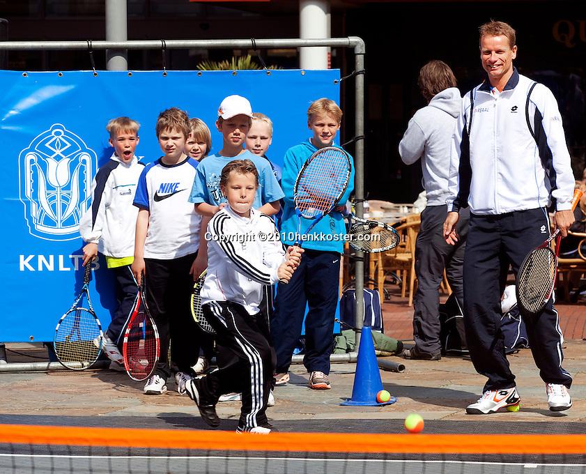 06-05-10, Zoetermeer, SilverDome, Tennis,  Davis Cup, Netherlands-Italy, Streettennis with Jan Siemerink