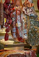 Spanien, Andalusien, Provinz Cádiz, Jerez de la Frontera: Markt, Schinken, Wurstwaren  | Spain, Andalusia, Province Cádiz, Jerez de la Frontera: market, ham, sausages