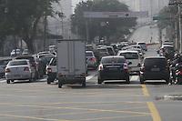 FOTO EMBARGADA PARA VEICULOS INTERNACIONAIS - SAO PAULO, SP, 23 DE NOVEMBRO 2012 - TRANSITO  SP - O viaduto Orlando Murgel, que liga as avenidas Rio Branco e Rudge, segue diariamente com congestionamente desde o mes de setembro. A passagem pelo viaduto tem interdicao apos incendio na favela do moinho e com previsao de liberacao para abril de 2013 - manha de sexta-feira, 23, Bom Retiro, zona central da capital paulista -  FOTO LOLA OLIVEIRA - BRAZIL PHOTO PRESS