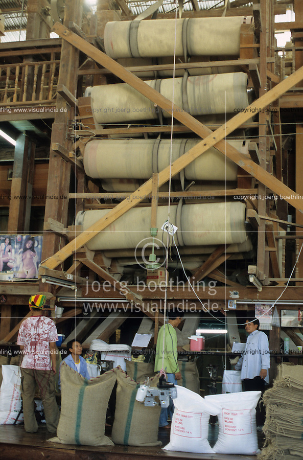 THAILAND, Ubon Ratchathani, fair trade and organic farmer project, PFA Progressive Farmer Association, processing of organic Jasmine fragrant rice, rice mill / THAILAND, fairtrade und Bio Projekt, PFA Progressive Farmer Association, Verarbeitung von Jasmin Duftreis, Reismuehle