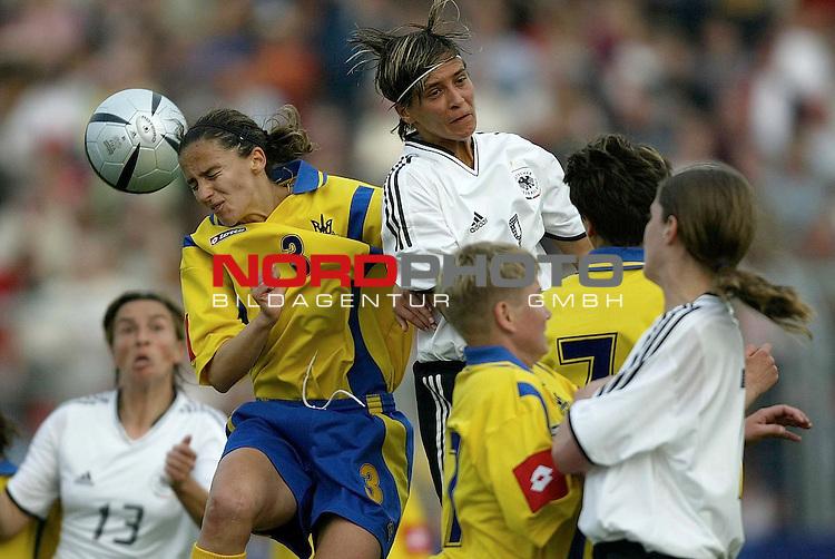 EM Qualifikation 2005 - Frauen Nationalmannschaft<br /> <br /> Deutschland vs. Ukraine<br /> <br /> Sandra Smisek (Mitte) von Deutschland im Kopfball Duell mit<br /> <br /> Tetyana Chorna (links) von der Ukraine.<br /> <br /> Foto &copy; nordphoto - Ruediger Lampe<br /> <br /> <br /> <br /> <br /> <br /> <br /> <br />  *** Local Caption *** Foto ist honorarpflichtig! zzgl. gesetzl. MwSt.<br /> <br />  Belegexemplar erforderlich<br /> <br /> Adresse: nordphoto<br /> <br /> Georg-Reinke-Strasse 1<br /> <br /> 49377 Vechta