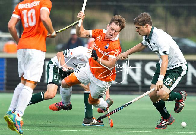 BLOEMENDAAL - Bloemendaal-Rotterdam (2-3). Tom Boon (m) van Bloemendaal wordt weggezet door Sjoerd Gerretsen (r) van R'dam. COPYRIGHT KOEN SUYK