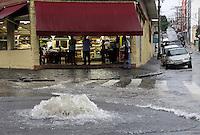 SÃO PAULO,SP,27 MARÇO 2012 - CHUVA ZONA LESTE<br /> A forte chuva que caiu na tarde de hoje deixou um ponto de alagamento transitavel na rua José Zappi na Vila Prudente.FOTO  ALE VIANNA - BRAZIL PHOTO PRESS