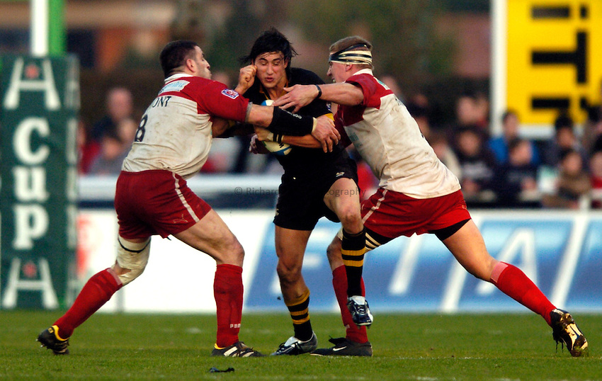 Photo: Richard Lane..Biarritz Olympique v London Wasps. Heineken Cup. 15/01/2005..Rob Hoadley is tackled by Thomas Lievremont and Imanol Harinordoquy.
