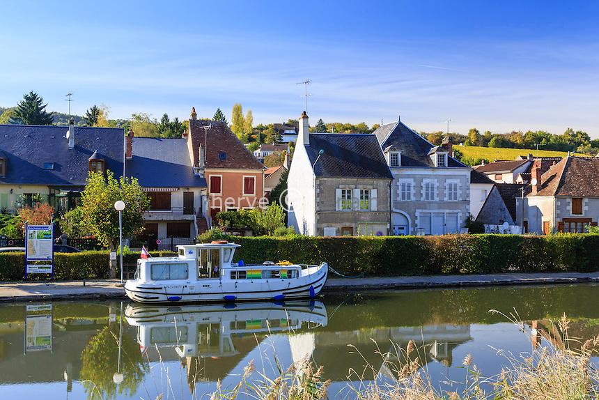 France, Cher (18), région du Berry, Ménétréol-sous-Sancerre, le petit port de plaisance sur le canal latéral à la Loire // France, Cher, Menetreol-sous-Sancerre, the village and the small port on the canal lateral a la Loire