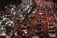 SAO PAULO, 23 DE AGOSTO DE 2012 - TRANSITO SP - Transito na Avenida 23 de Maio nos dois sentidos, altura do Paraiso, no inicio da noite desta quinta feira, regiao central da capital. FOTO: ALEXANDRE MOREIRA - BRAZIL PHOTO PRESS