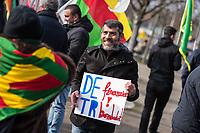 Kurden-Protest vor dem Kanzleramt anlaesslich des Besuch des tuerkischen Ministerpraesidenten Binali Yildirim bei Bundeskanzlerin Angela Merkel.<br /> Die Demonstranten forderten den Abzug tuerkischer Truppen aus dem Norden von Syrien, wo die Tuerkei die Stadt Afrin angreift um die dort lebenden Kurden zu vertreiben. Zudem forderten die Demonstranten, dass die Bundesregierung die Unterstuetzung der Tuerkei mit Waffen und Panzern beenden soll.<br /> Im Bild: Ein Demonstrant haelt ein Schild mit der Aufschrift DE (Deutschland) finanziert TR (Tuerkei) bombardiert.<br /> 15.2.2018, Berlin<br /> Copyright: Christian-Ditsch.de<br /> [Inhaltsveraendernde Manipulation des Fotos nur nach ausdruecklicher Genehmigung des Fotografen. Vereinbarungen ueber Abtretung von Persoenlichkeitsrechten/Model Release der abgebildeten Person/Personen liegen nicht vor. NO MODEL RELEASE! Nur fuer Redaktionelle Zwecke. Don't publish without copyright Christian-Ditsch.de, Veroeffentlichung nur mit Fotografennennung, sowie gegen Honorar, MwSt. und Beleg. Konto: I N G - D i B a, IBAN DE58500105175400192269, BIC INGDDEFFXXX, Kontakt: post@christian-ditsch.de<br /> Bei der Bearbeitung der Dateiinformationen darf die Urheberkennzeichnung in den EXIF- und  IPTC-Daten nicht entfernt werden, diese sind in digitalen Medien nach §95c UrhG rechtlich geschuetzt. Der Urhebervermerk wird gemaess §13 UrhG verlangt.]