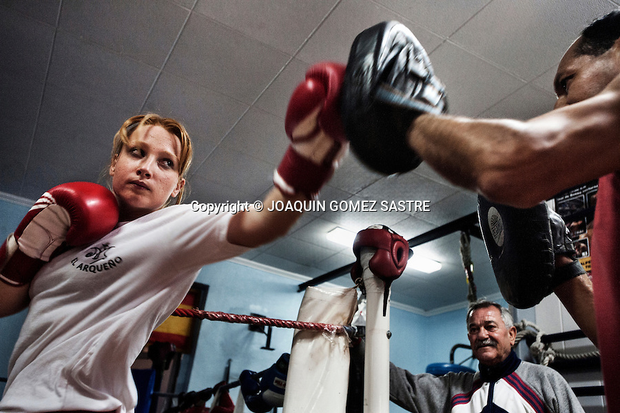 A session Gloves amateur boxer Maria with trainer