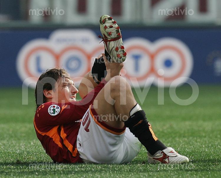 Fussball  International Serie A  Saison 2005/2006 AS Rom - Empoli FC Francesco Totti (AS,vorn) verletzt sich schwer