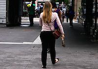 SAO PAULO, SP, 16 DE JANEIRO 2012 - CLIMA TEMPO -  Nesta segunda-feira, na regiao da Avenida Paulista, termometros oscilam de 20 a 26 graus na capital a sensacao e de abafamento, a previsao e que haja pancadas de chuva durante toda a semana. (FOTO: DEBBY OLIVEIRA - NEWS FREE)