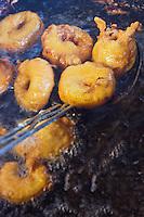 Europe/France/Centre/41/Loir-et-Cher/Sologne/Mont-près-Chambord: Cuisson des beignets de pomme lors de La foire aux pommes // / Europe/France/Centre/41/Loir-et-Cher/Sologne/Mont-près-Chambord: Cooking Apple Fritter
